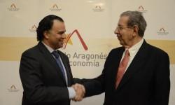 Fernando-de-Yarza, elegido Presidente de Círculo Aragonés de Economía, saluda a Román-Alcalá, Presidente de Honor