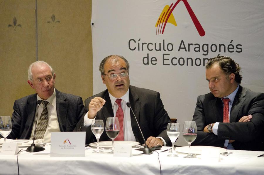 Francisco Bono, consejero de Economía y Empleo del Gobierno de Aragón, Angel Ron, presidente del Banco Popular, y Fernando de Yarza, presidente de Círculo Aragonés de Economía